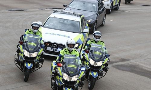 Cảnh sát Hong Kong bảo vệ xe của yếu nhân. Ảnh: SCMP.