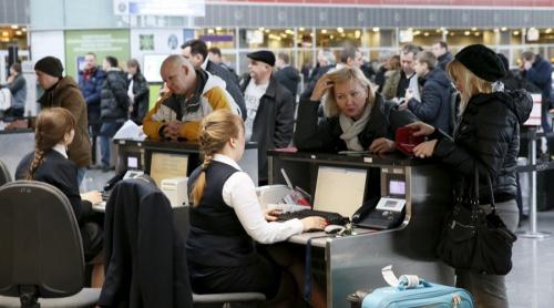 Các hành khách tại quầy ở sân bay Ukraine.