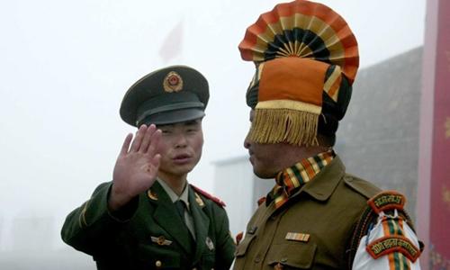 Lính biên phòng Trung Quốc và Ấn Độ ở đèo Nathu Lam. Ảnh: Reuters.
