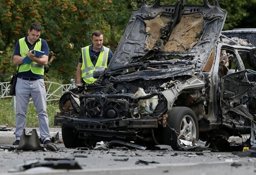 Các nhân viên điều tra tại hiện trường vụ nổ. Ảnh: Reuters