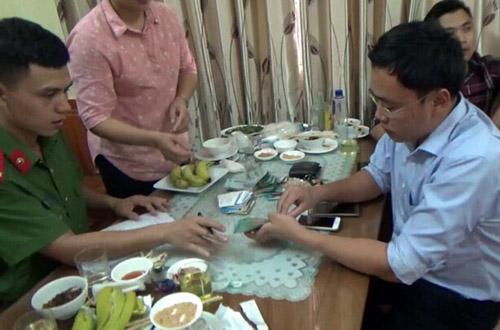Bị can Lê Duy Phong khi bị bắt quả tang nhận tiền tại quán ăn. Ảnh: Công an nhân dân
