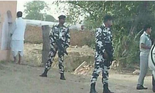Ông Radha Mohan Singh (áo trắng) tiểu bậy. Ảnh: NDTV.