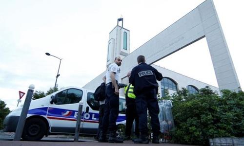 Cảnh sát Pháp tại hiện trường tài xế định lao xe vào đám đông trước nhà thờ Hồi giáo hôm 29/6. Ảnh: Reuters.