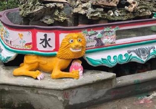 Sư tử ôm xà phòng đi tắm thì bị Ngũ Hành Sơn đè.