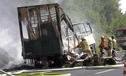Xe buýt bị thiêu rụi sau khi đâm vào một xe tải đầu kéo ở Đức. Ảnh: Reuters.