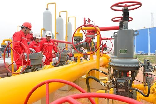Công nhân kiểm tra đường ống dẫn khí ở Bộc Dương, tỉnh Hà Nam, Trung Quốc. Ảnh: China Daily.