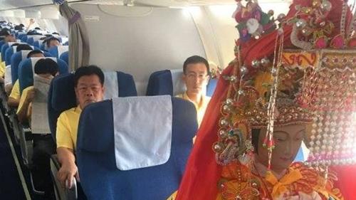Tượng Thiên Hậu Thánh mẫu trên máy bay. Ảnh: Chùa Thiên Hậu