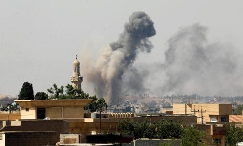 Khói bốc lên tại thành cổ Mosul sau một đợt không kích của quân đội Iraq ngày 25/6. Ảnh: Reuters.