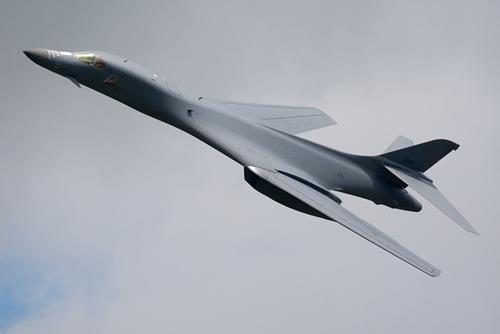 Máy bay ném bom B-1B. Ảnh: airplane-pictures