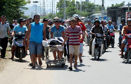 Người thân mang thi thể thanh niên ở Ninh Thuận đi giữa phố yêu cầu làm rõ nguyên nhân tử vong. Ảnh: