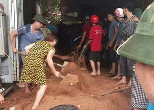 Người dân cùng lực lượng chức năng đào bới đất  tìm kiếm các nạn nhân bị  trôn vùi dưới hàng trăm m3 đất