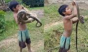 'Hai em bé bắt rắn bằng tay không để kiếm sống' gây sốt mạng XH