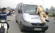 Xin cảnh sát giao thông đừng phi thân chặn xe trên cao tốc