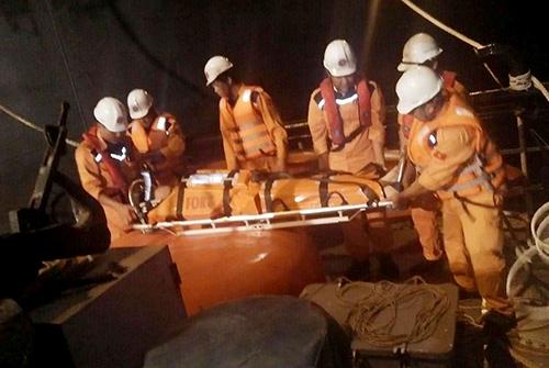 Thuyền viên nước ngoài bị nạn trên biển được cứu đưa vào bờ. Ảnh: Bình Minh Anh