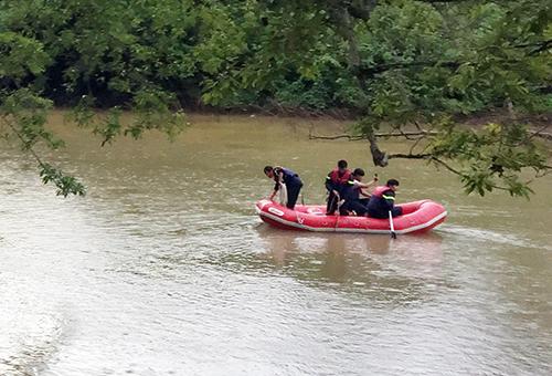 Cảnh sát cứu hộ đã vớt được một thi thể. Ảnh: Khánh Hương