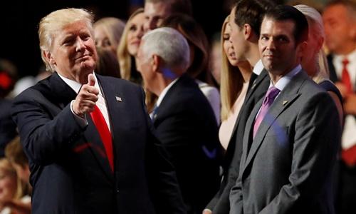 Tổng thống Mỹ Donald Trump (trái) và con trai Donald Trump Jr.. Ảnh: Reuters.