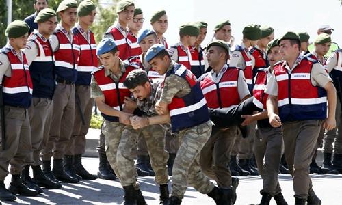 Một binh sĩ Thổ Nhĩ Kỳ tham gia đảo chính được đưa đến tòa án ở thành phố Mugla ngày 14/7. Ảnh: Reuters.