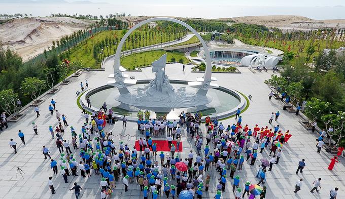 Từ sáng sớm, hàng trăm người ở khắp cả nước cùng cựu binh, thân nhân các liệt sĩ đổ về khu tượng đài. Ảnh: Nguyên Anh.