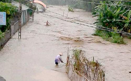 Nước lũ dâng cao tại xã Vĩnh Đồng (Kim Bôi).
