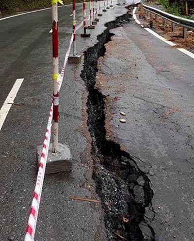 Vết nứt kéo dài 150 m trên quốc lộ 217 sau mưa lớn. Ảnh: Lam Sơn