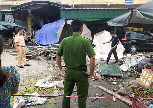 Xe biển xanh tông 5 người trọng thương trước cổng chợ