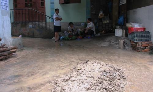 Bùn đất từ dự án sân golf tràn xuống khu dân cư ở Hạ Long