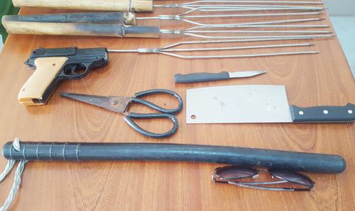 Dù cui, súng nhựa và hung khí được tìm thấy tại phòng trọ của Út Lọt. Ảnh: Phúc Hưng.