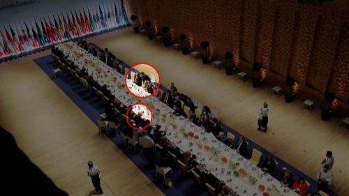 Khung cảnh bữa tiệc tối nhìn từ trên cao, trong đó Tổng thống Trump được xếp ghế ngồi phía bên kia so với Tổng thống Putin và bà Melania Trump, đệ nhất phu nhân Mỹ. Ảnh: NBC News.