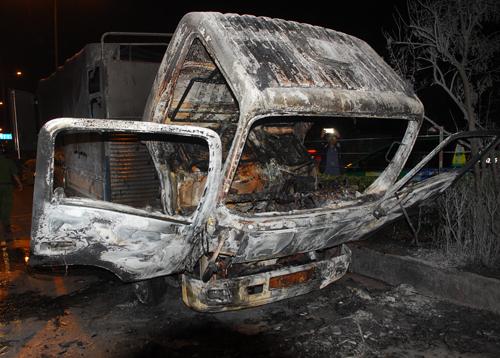 Ôtô tải cháy ngùn ngụt trên đường Sài Gòn