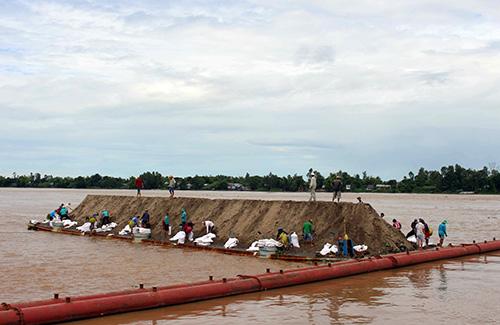 Gần 50 tỷ đồng lấp hố xoáy 'tử thần' trên sông Vàm Nao